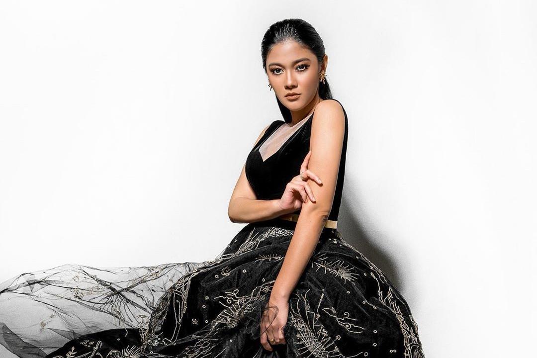 6 Gaya photo shoot Naysila Mirdad, penampilannya curi perhatian