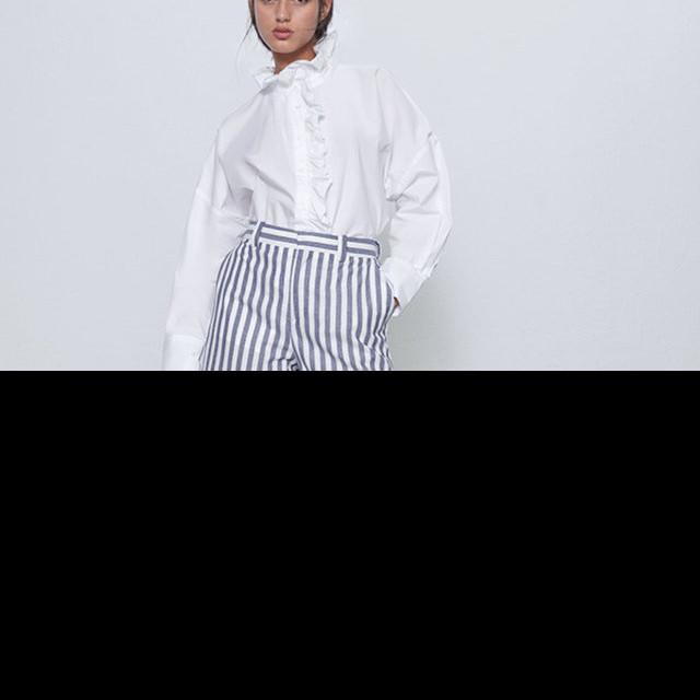 7 Inspirasi outfit mix and match celana motif bergaris, tetap kece