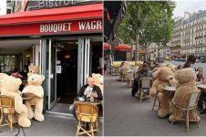 7 Potret teddy bear di tempat umum ini ingatkan kamu buat jaga jarak
