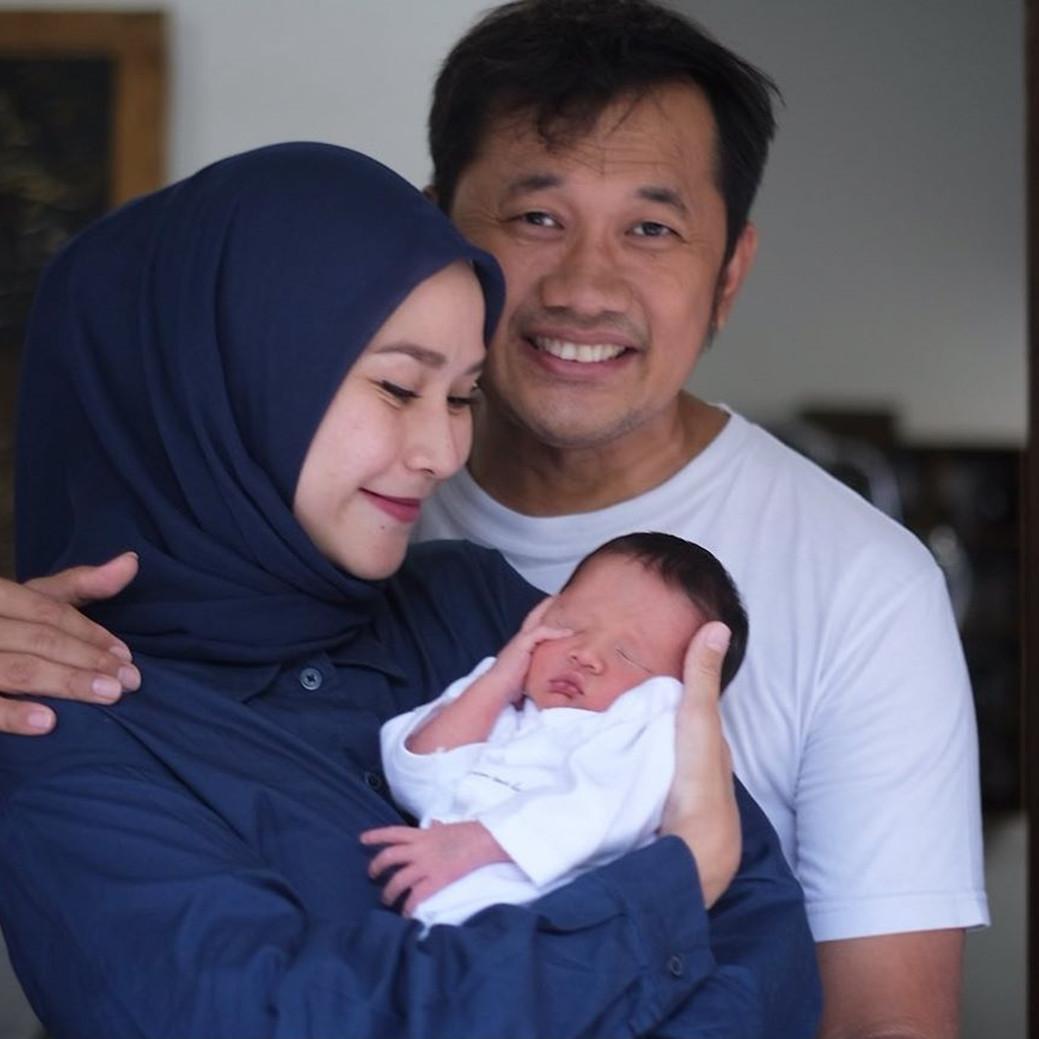Unggah momen Hanung bareng anak, Zaskia Mecca bicara kesabaran suami