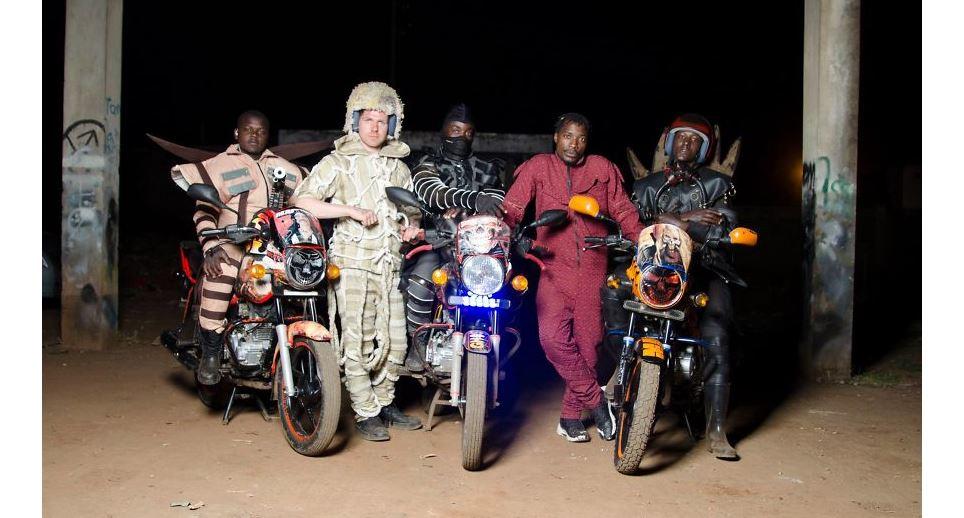 7 Potret kostum ojek online Afrika ini uniknya bukan main