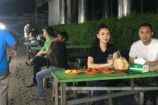 5 Momen Zaskia Gotik dan Sirajuddin makan di warung kaki lima