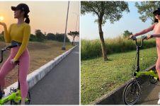 7 Gaya Selvi Kitty naik sepeda lipat, sporty