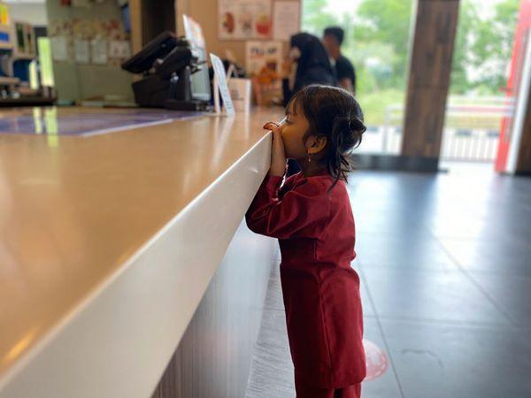 Kisah seorang anak pertama kali makan ayam KFC © 2020 brilio.net