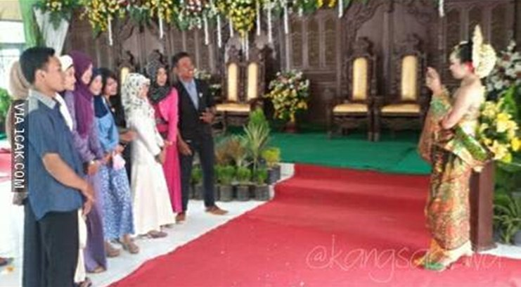 momen tamu foto bareng pengantin © 2020 1cak.com