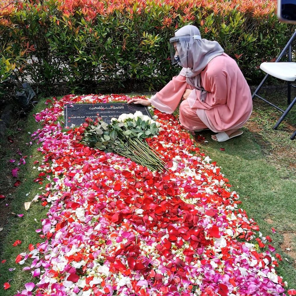 Momen BCL ke makam Ashraf Berbagai sumber