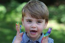 Potret gemas Louis anak Pangeran William di kartu ucapan ultah