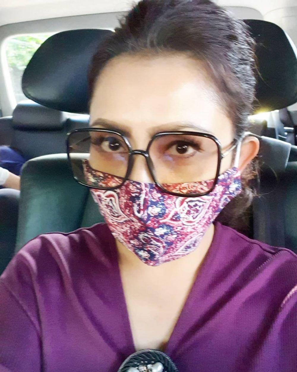 Gaya Mayangsari pakai kacamata dan masker © 2020 Instagram/@mayangsaritrihatmodjoreal
