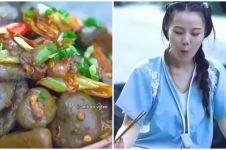 Wanita ini masak tumis batu lalu dimakan, endingnya tak terduga