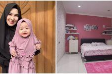 9 Potret kamar tidur empat anak Kartika Putri, desainnya elegan