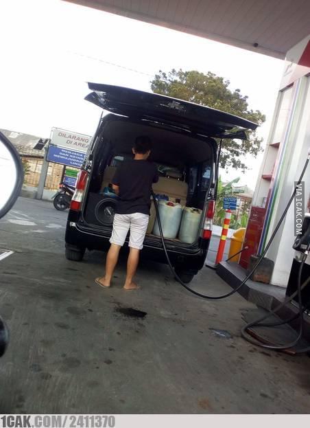 momen lucu mobil di pom bensin © 2020 1cak.com