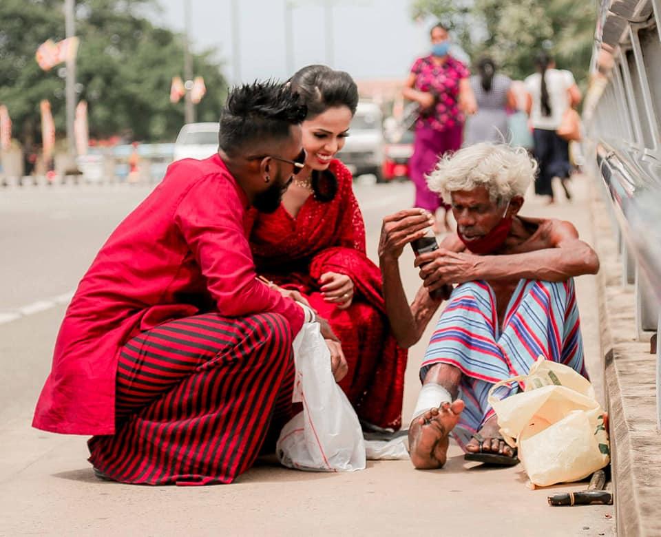 Pengantin beri gelandangan makanan Facebook/ Udesh Riyan