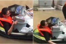 Wanita ini nekat terjang banjir demi mainan Gundam milik suami