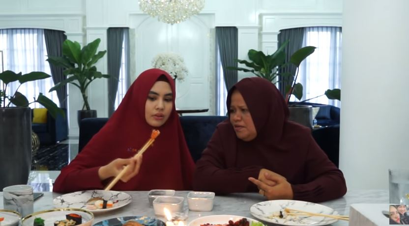 Potret kedekatan Kartika Putri dan mertua © 2020 YouTube/KartikaPutriOfficial