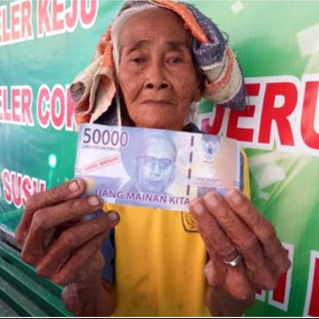Kisah sedih nenek penjual mangga dibayar pakai uang mainan