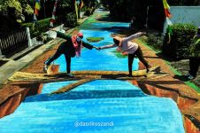 Potret lukisan 3D kolam ikan di jalanan kampung ini kreatif abis