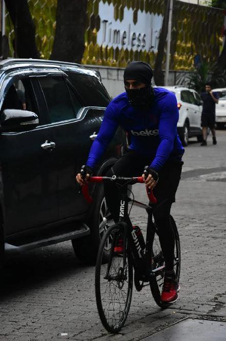 gaya seleb bersepeda Berbagai Sumber