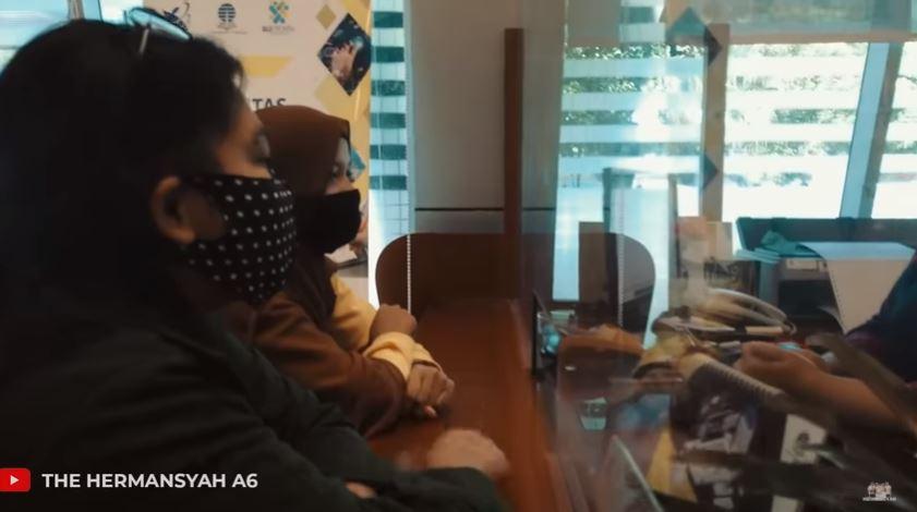 momen Ashanty beri kejutan ke pengasuh Arsya © 2020 YouTube/The Hermansyah A6