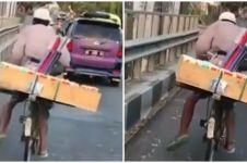 Viral penjual tisu kayuh sepeda dengan satu kaki, bikin haru