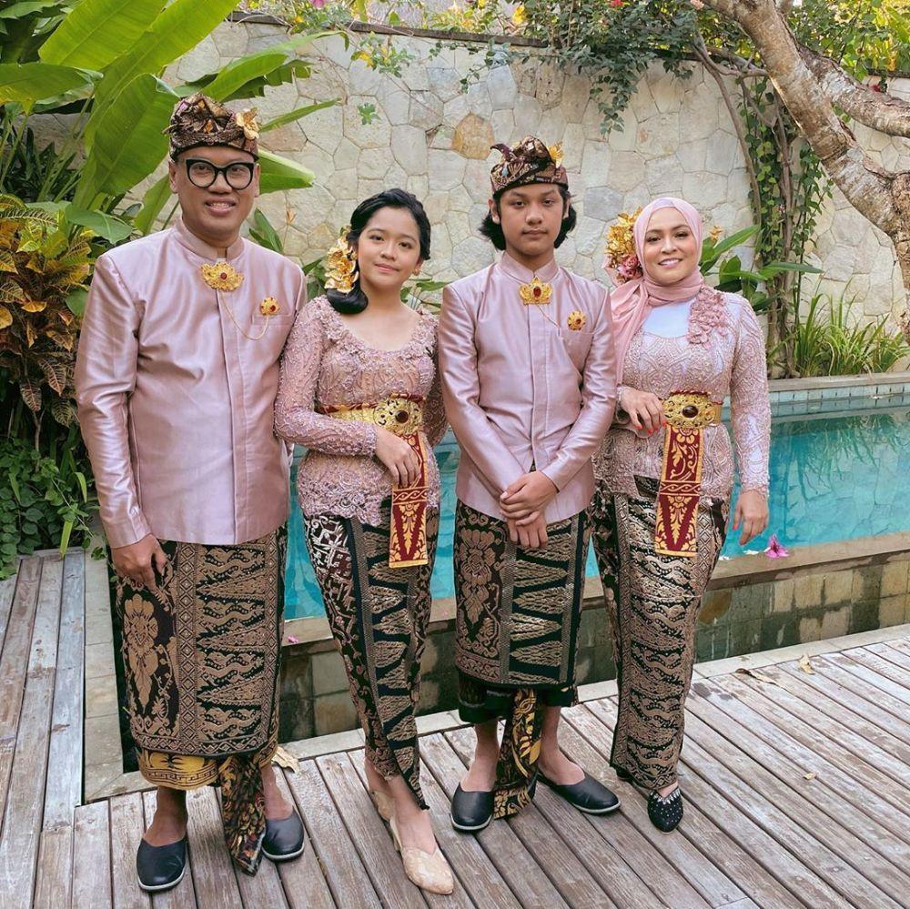 keluarga Uya Kuya pakai adat Bali Instagram