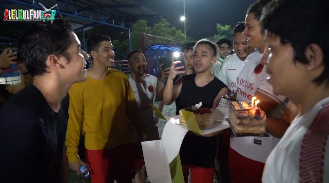 momen Al Ghazali bagi hadiah ke tim sepak bola © 2020 YouTube/ ALELDUL FAM TV