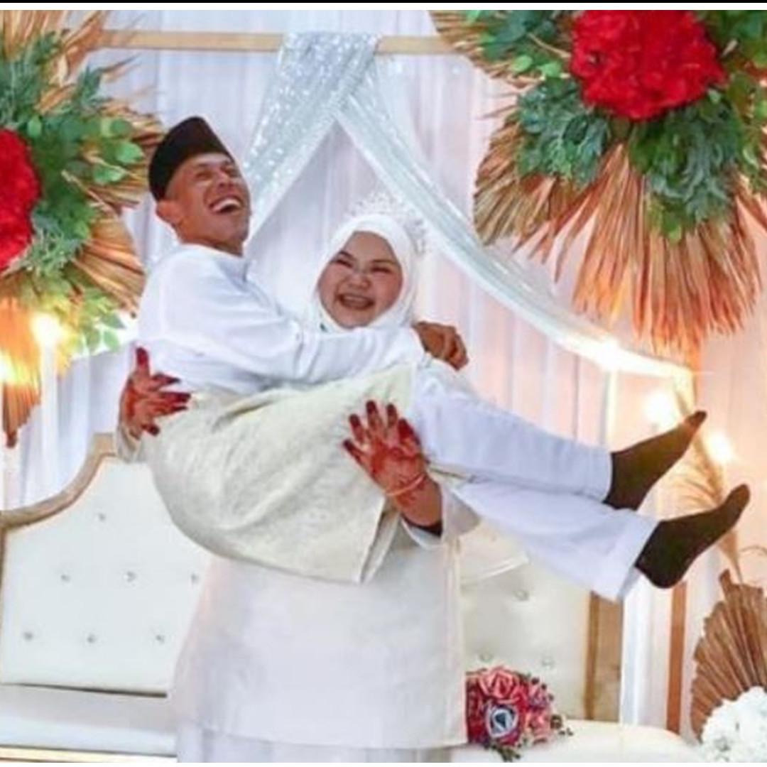 Pengantin wanita gendong suami di hari pernikahan, unik & bikin baper