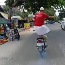 Potret pengendara motor multitasking Berbagai sumber
