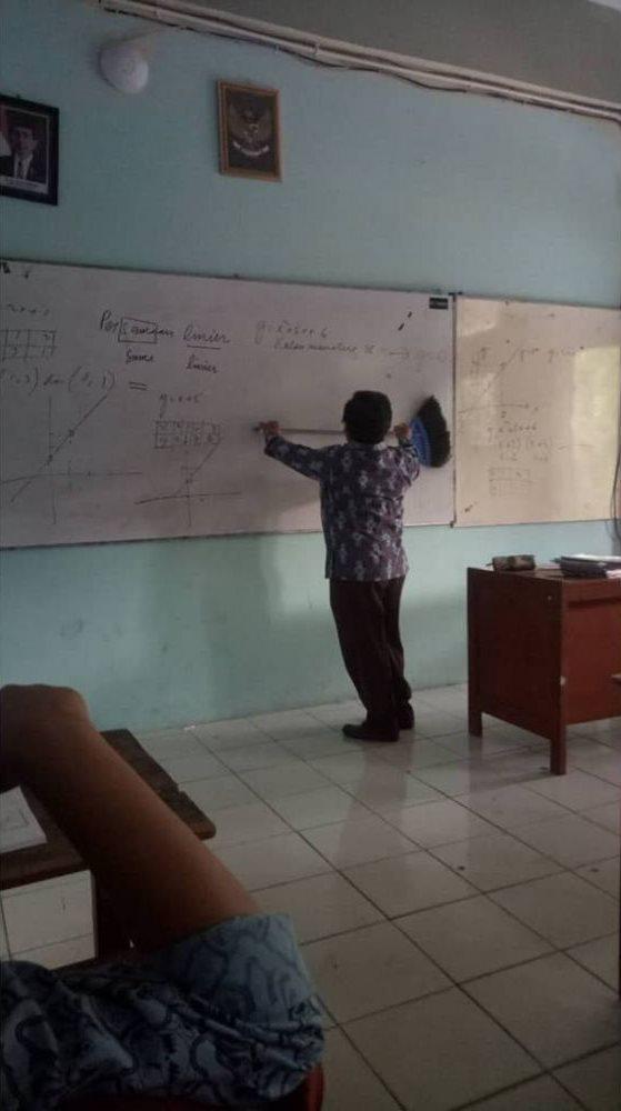 gaya unik guru saat mengajar Berbagai Sumber