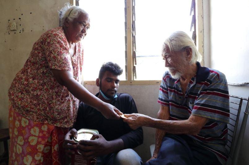 Pemuda rawat nenek dan tetangga sinchew.com