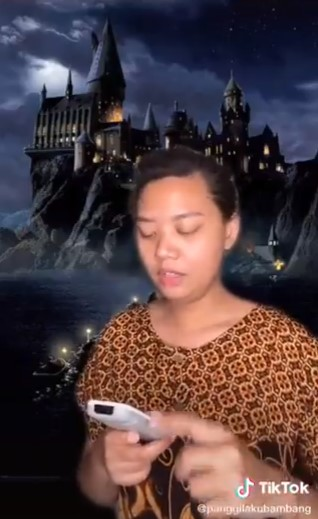 Video TikTok emak Hogwarts Twitter/@nickoakbar