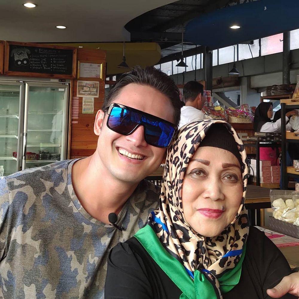 Indra Bruggman dan ibu instagram
