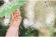 50 Kata-kata romantis tentang hujan, bikin hati jadi adem