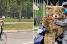 Kisah pria ambil boneka beruang dari bak sampah, alasannya bikin haru