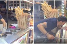 Biasa jahil, aksi penjual es krim ke pembeli difabel ini bikin haru
