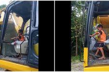 Aksi bocah 5 tahun operasikan ekskavator, angkat puing-puing jembatan
