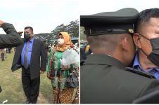 Kisah haru ayah berpangkat Serda beri hormat anaknya yang jadi Perwira