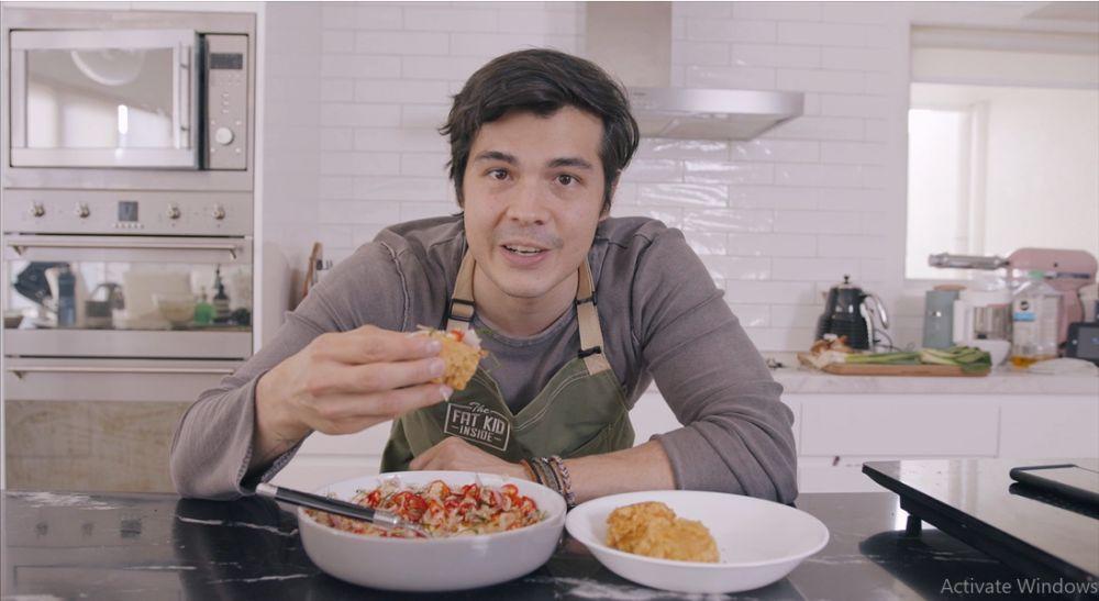 Aksi Erwan Heussaff masak sajian Indonesia ala menu fine dining © 2020 brilio.net