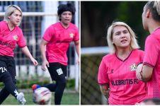 10 Aksi Evelyn Nada Anjani main sepak bola, bak atlet profesional