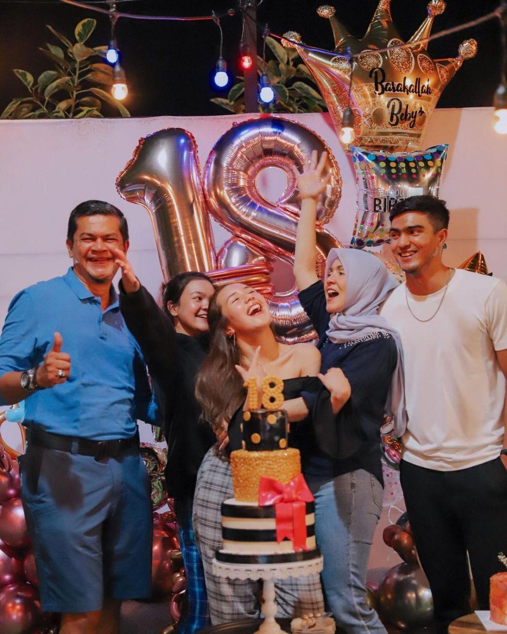 Momen ulang tahun Beby Tsabina ke 18 © Instagram