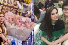 7 Momen Nia Daniaty rayakan ultah ke-17 sang anak, bawa buket uang