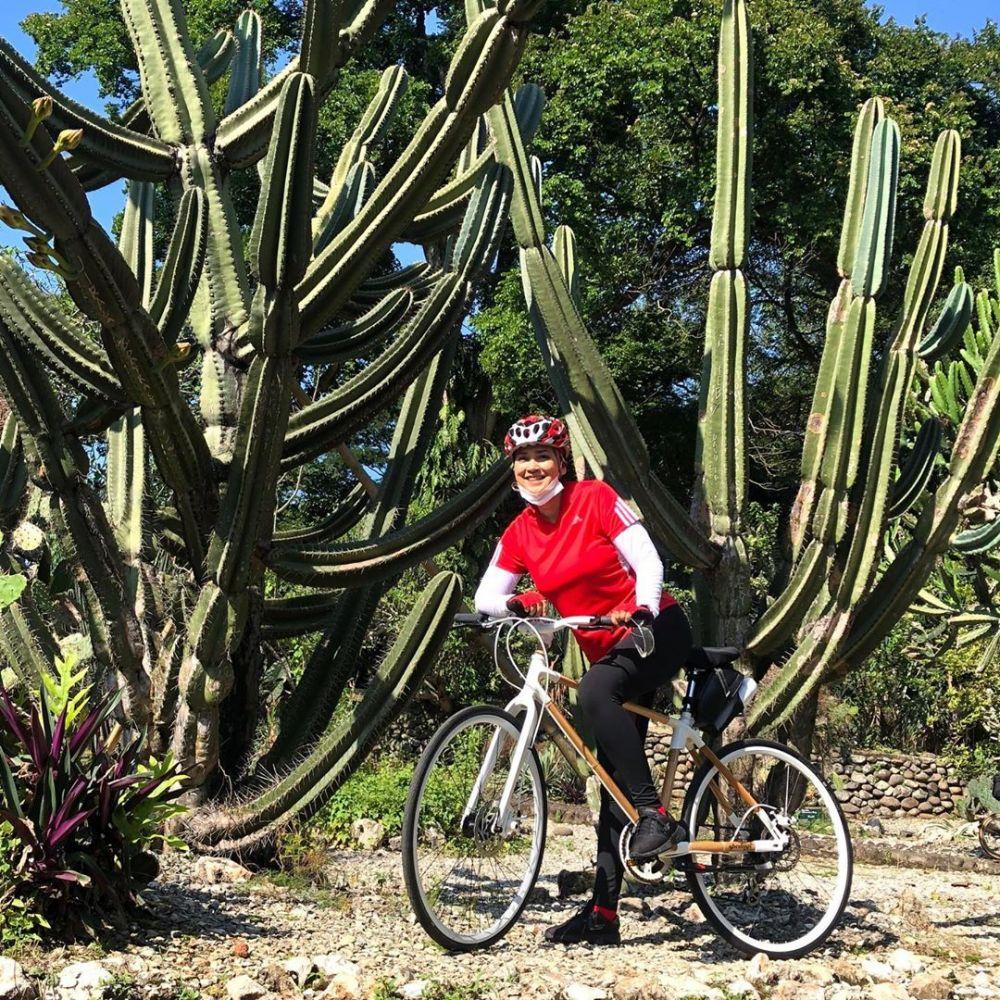 Ira Wibowo saat bersepeda ©Instagram