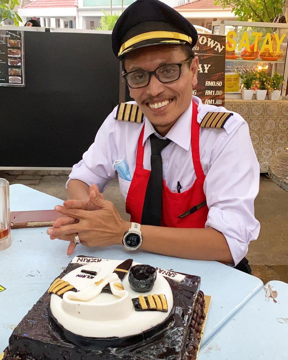 pilot jualan pakai seragam © Facebook