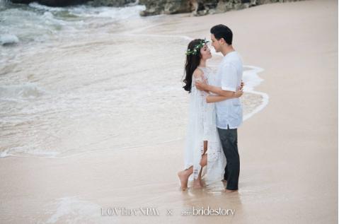 potret prewedding seleb di pantai © Instagram