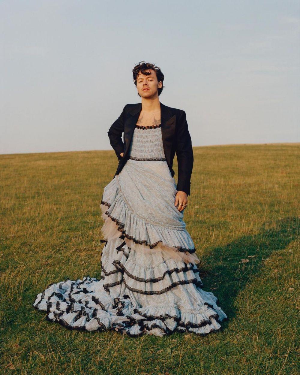 Potret Harry Styles kenakan gaun di majalah Vogue Instagram
