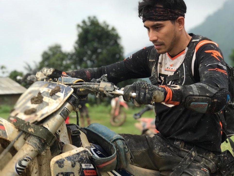 Potret Darius Sinathrya naik motor trail © Instagram