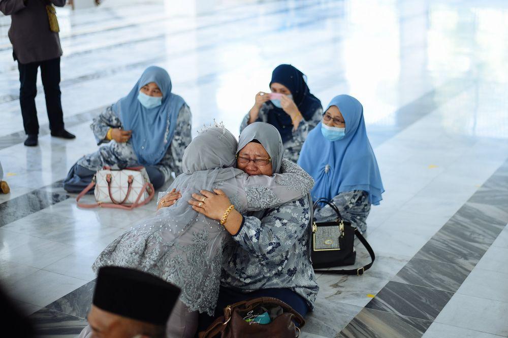 gendong ibu di hari pernikahan © Berbagai Sumber
