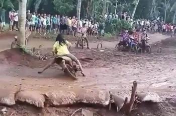 momen apes motor lewat tanah basah Berbagai sumber