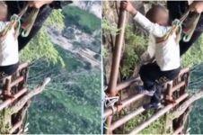 Viral video warga desa lewati 2.556 anak tangga saat beraktivitas