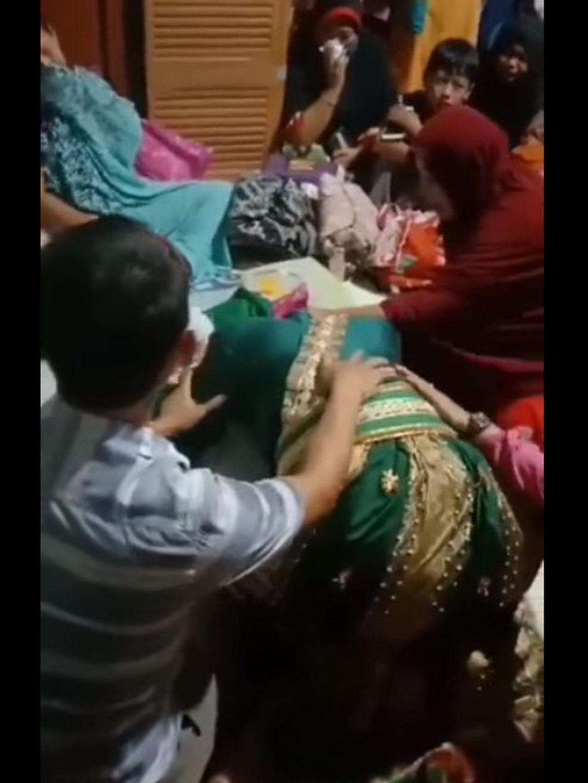 Pengantin menangis di depan jenazah ibu Facebook