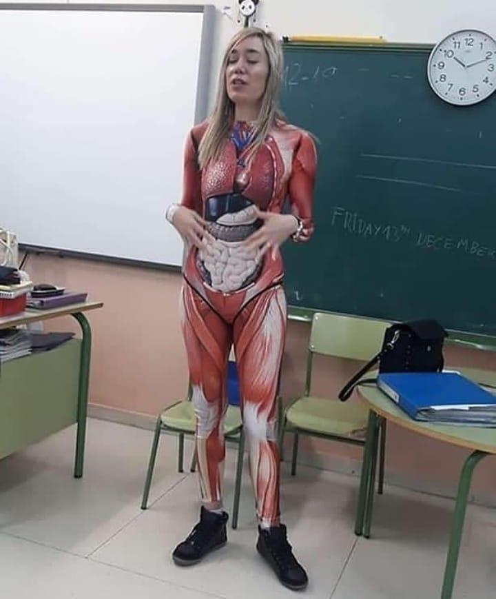 guru mengajar pakai kostum © Berbagai sumber